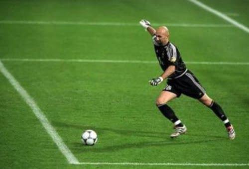 Comment votre gardien doit relancer le ballon